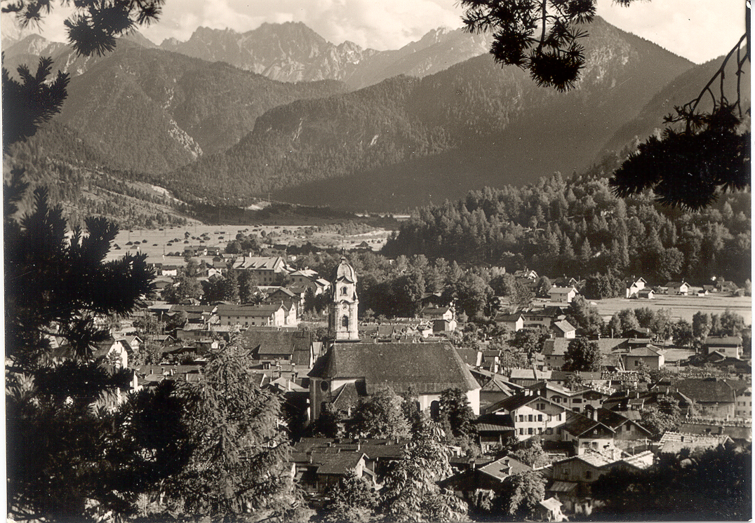 Mittenwald_in_front_the_Mountain_of_Tirol.png